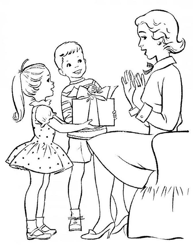 Дети дарят подарок учительнице